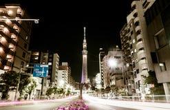 La vue de rue de nuit de Tokyo Skytree avec le trafic rayonne photos stock