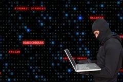 La vue de Sied du criminel de cyber utilisant un capot entaille d'un ordinateur portable contre le backgr de pluie de code de mat photographie stock