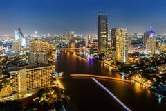 La vue de Skycrapper de la ville de Bangkok avec les déchirent à la nuit Image stock