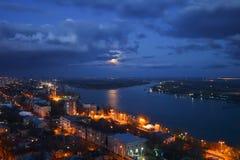 La vue de soirée de la rivière mettent, Rostov-On-Don photographie stock