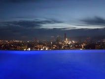 La vue de soirée de la ville de Cebu, Philippines d'un toit de luxe complètent la piscine d'infini Image libre de droits