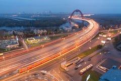 La vue de soirée sur le pont de Zhivopisny est un pont câble-resté Photo stock