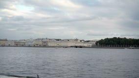 La vue de St Petersburg sur la rivière Neva et l'été font du jardinage banque de vidéos