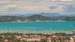 La vue de Timelapse sur la baie de Chalong est un centre pour l'activité intense de canotage et les îles voisines de Phuket, Thaï banque de vidéos