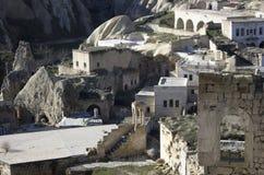 La vue de village de Cappadocia avec des ruines est demeurée des temps antiques de fron photo stock