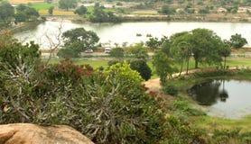 La vue de village par le paysage de colline de sittanavasal Photographie stock