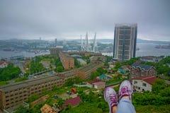 La vue de ville portuaire des tailles, haute baie a attaché le pont, brouillard épais Marine City, jambes femelles évidentes du f Photos libres de droits