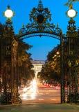 La vue de la voûte de Triumpal par la porte de parc de Monceau à Paris, France photos stock