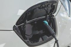 La vue de la voiture électrique a branché pour la recharge Photo stock
