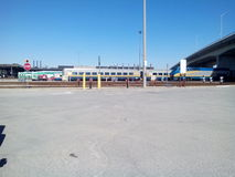 La vue de VONT transit et par l'intermédiaire de la cour d'entretien de rails Image stock