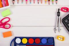 La vue des accessoires d'école sur les conseils blancs, de nouveau au concept d'école, copient l'espace pour le texte Photo libre de droits