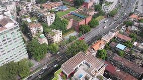 La vue des bâtiments résidentiels, arbres cachés entre eux et la route banque de vidéos