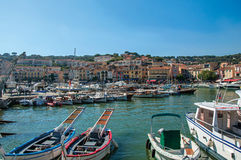 La vue des bateaux et des yachts a amarré dans le cassis Photographie stock libre de droits