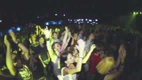 La vue des mains d'augmenter de foule, chantent sur le concert dans la boîte de nuit battement densité Les gens applaudis banque de vidéos