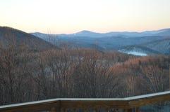 La vue des montagnes au lever de soleil Photographie stock libre de droits