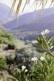 La vue des montagnes et du ciel de la fenêtre de la terrasse Photo stock