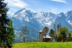 La vue des montagnes et des prés photos stock