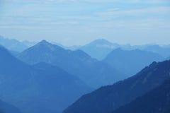 La vue des montagnes se branlent Images stock