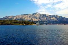 La vue des montagnes sur le continent de l'île de vacances de Korcula Photographie stock libre de droits