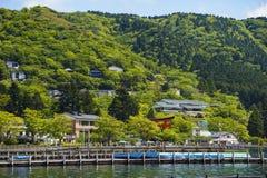La vue des montagnes sur le lac Kawaguchi Il est le deuxi?me plus grand du Fuji cinq lacs en termes de superficie photos libres de droits