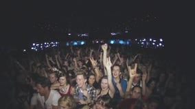 La vue des personnes soulèvent des mains, chantent sur le concert dans la boîte de nuit battement densité banque de vidéos