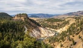La vue des ressorts de calcite donnent sur en parc national de Yellowstone photo stock
