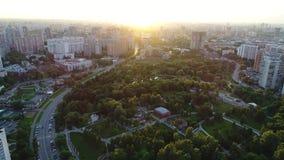 La vue des tailles du parc et de la ville banque de vidéos