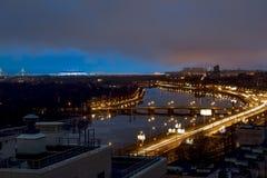 La vue des tailles sur la rivière Neva dans le ligh de soirée Photographie stock