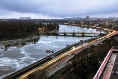 La vue des tailles sur la rivière Neva dans le ligh de soirée Photos stock