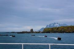 La vue des tonneliers aboient paysage du bateau de croisière, flotte de radeaux gonflables avec des conducteurs dans des vestes  photographie stock libre de droits