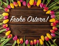 La vue des tulipes fraîches a arrangé sur le vieux fond en bois illustration stock