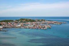 La vue des villages de pêche en mer bleue de nature dans le jour de soleil Photographie stock libre de droits