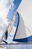 La vue des voiles et le mât inclinent dans le vent Photographie stock