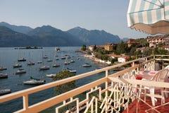 La vue du balcon de l'hôtel sur le policier de lac, Italie photographie stock libre de droits