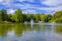 La vue du beau parc de ville avec l'étang, fontaines, nageant se penche photographie stock libre de droits