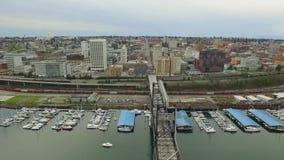 La vue du centre de rivière avec des bateaux dans le port, les bureaux et la route trafiquent le mouvement banque de vidéos