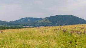 La vue du champ sur une montagne simple Kushtau Photos stock