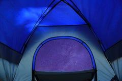 La vue du ciel étoilé de tente de camping images stock