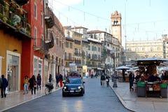 La vue du delle Erbe de Piazza et des touristes Photo stock