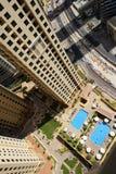 La vue du gratte-ciel sur des piscines Image libre de droits