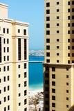 La vue du gratte-ciel sur les bâtiments et la paume Jumeirah Photos stock