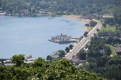 La vue du jour brumeux avec le lac et les bateaux de la montagne complètent Image libre de droits