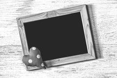La vue du jour du ` s de St Valentine et le coeur fait maison sur une texture en bois blanche embarquent Photographie stock