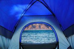 La vue du lac mountain de tente de camping image libre de droits