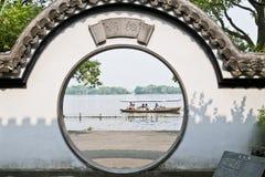 La vue du lac occidental dans le jardin traditionnel Photographie stock libre de droits