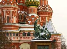 La vue du monument de place rouge à Minin et à Pozharsky image stock