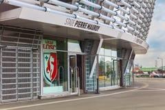 La vue du nouveau stade de football de Pierre Mauroy et la fan de Lille Losc font des emplettes Images libres de droits