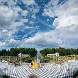 La vue du palais grand de Peterhof pour abaisser le parc avec des fontaines, disparaissent Photographie stock