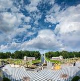 La vue du palais grand de Peterhof pour abaisser le parc avec des fontaines, disparaissent Image stock