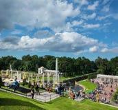 La vue du palais grand de Peterhof pour abaisser le parc avec des fontaines, disparaissent Photos libres de droits